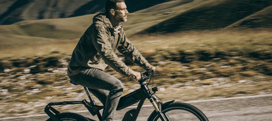 Mann fährt e-Bike von Riese & Müller mit ABS