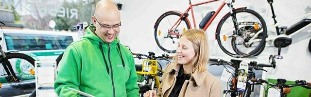 e-motion Verkaufsberater beraet eine Kundin im Rahmen einer e-Bike Beratung