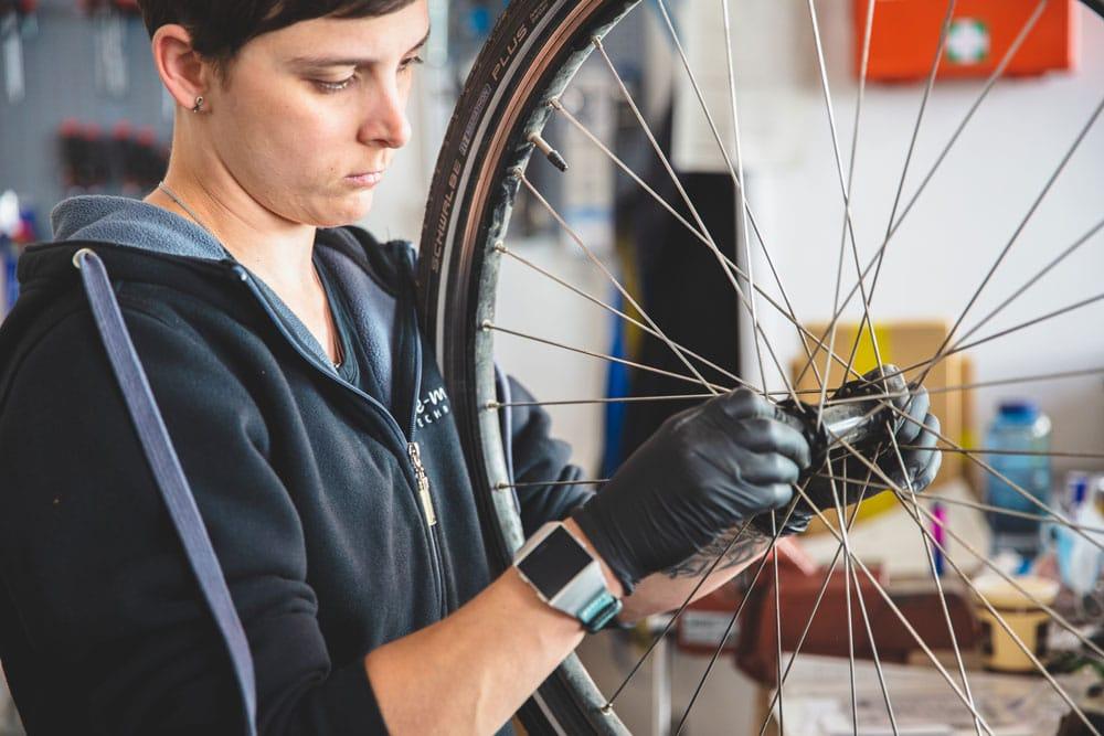 e-Bike Werkstatt Mitarbeiter am Rad