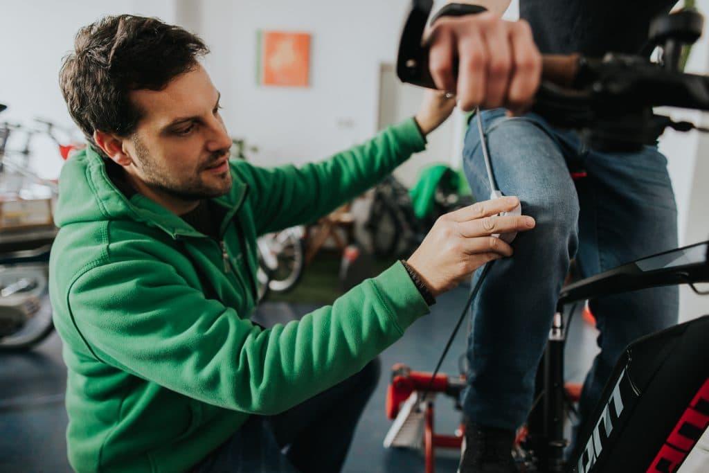 Ein e-motion Experte schaut sich die genauen Masse des e-Bikes und des Kundes an, um das e-Bike perfekt auf den Kunden abzustimmen.