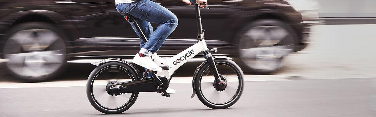 Ein Mann fährt ein Gocycle Falt- und Kompakt- e-Bike im Stadtverkehr