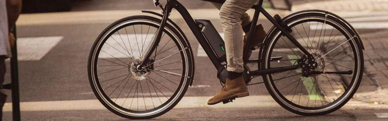 Ein Mann auf seinem e-Bike mit Shimano Nexus Nabenschaltung