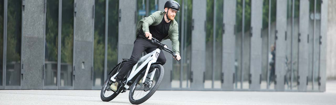 Ein Mann fährt auf einem Stromer e-Bike durch die Stadt