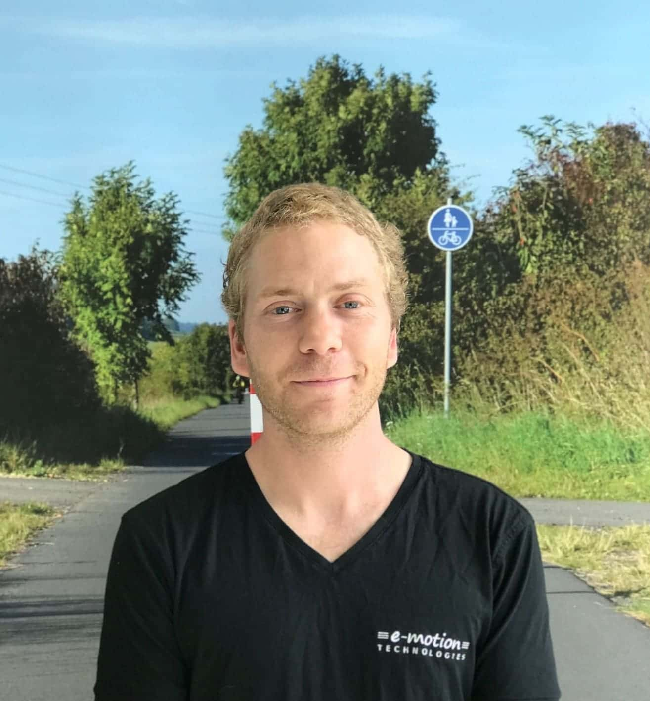 Team_Arrau-Ost_Christian Sempach Portrait vor Schild