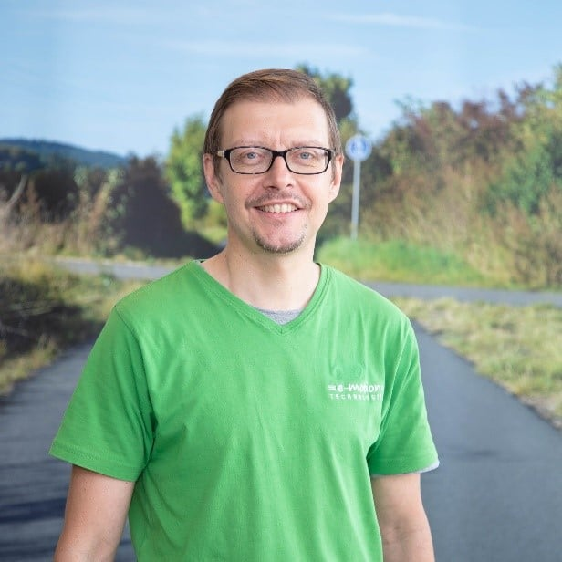 Team_Arrau-Ost_Guido Elsasser Portrait vor Schild