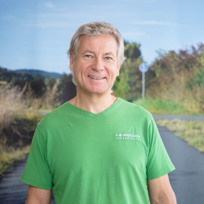 Team_Arrau-Ost_Olten_Roger Martin Portrait vor Schild