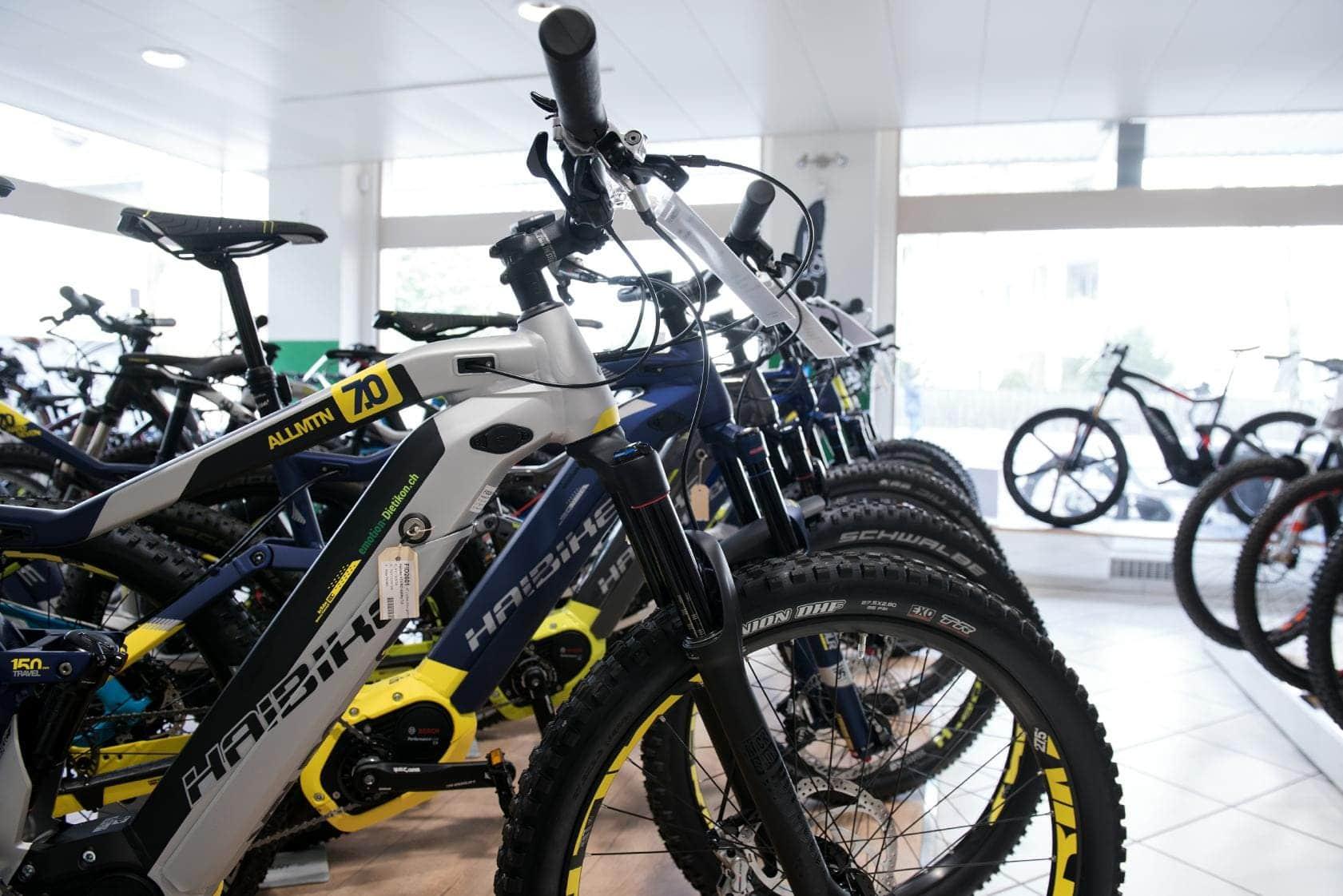 e-motion e-Bike Welt Dietikon_Shop_2018_13_e-Mountainbike_Haibike_Verkauf_hintereinander