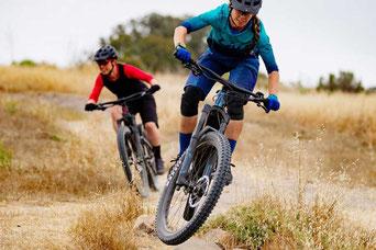 Zwei Frauen fahren auf e-Mountainbikes