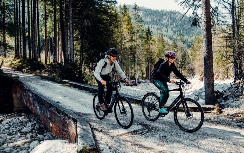 Ein Paar fährt mit dem Specialized e-Bike durch den Wald
