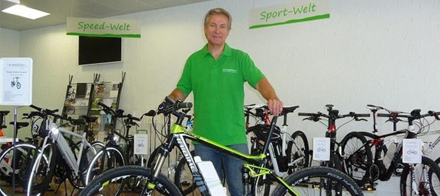 Roger Martin mit einem e-Bike in seinem Shop