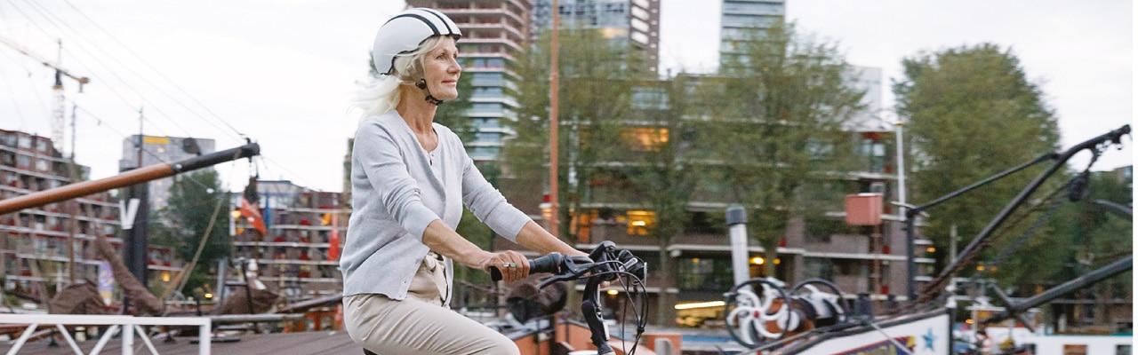 Eine ältere Damen fährt auf ihrem e-Bike von Gazelle
