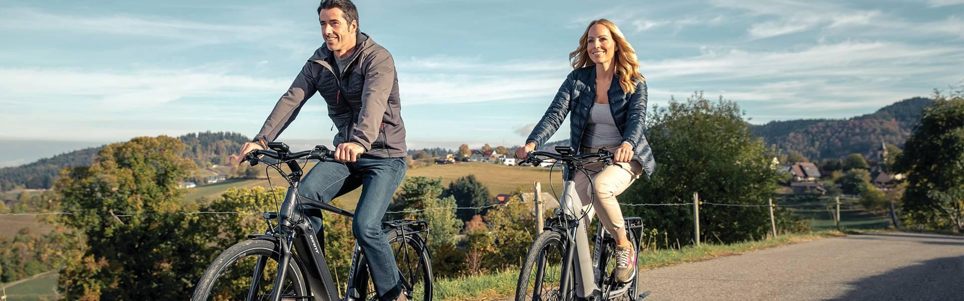 Ein Paar im Urlaub mit dem Giant Anytour e-Bikes mit viel Farkomfort