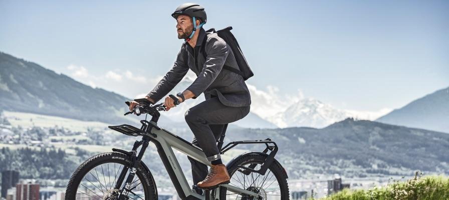 Mann fährt auf seinem Riese & Müller Superdelite durchs Gebirge