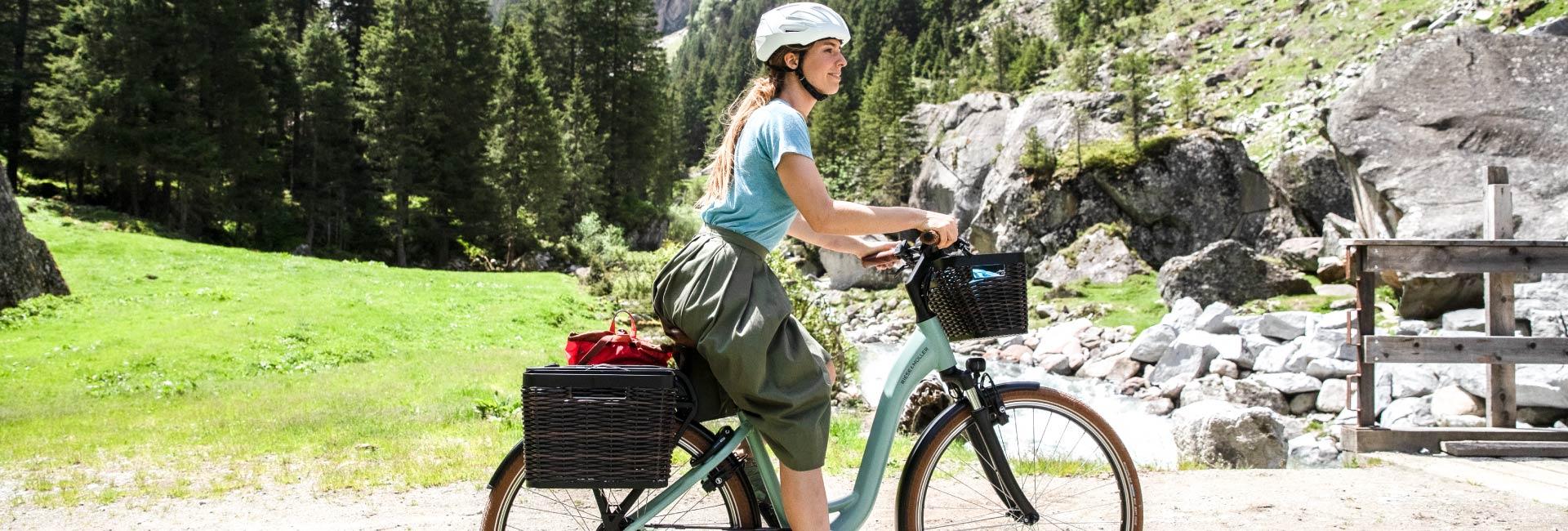 Frau fährt auf einem Trekking e-Bike von Riese und Müller