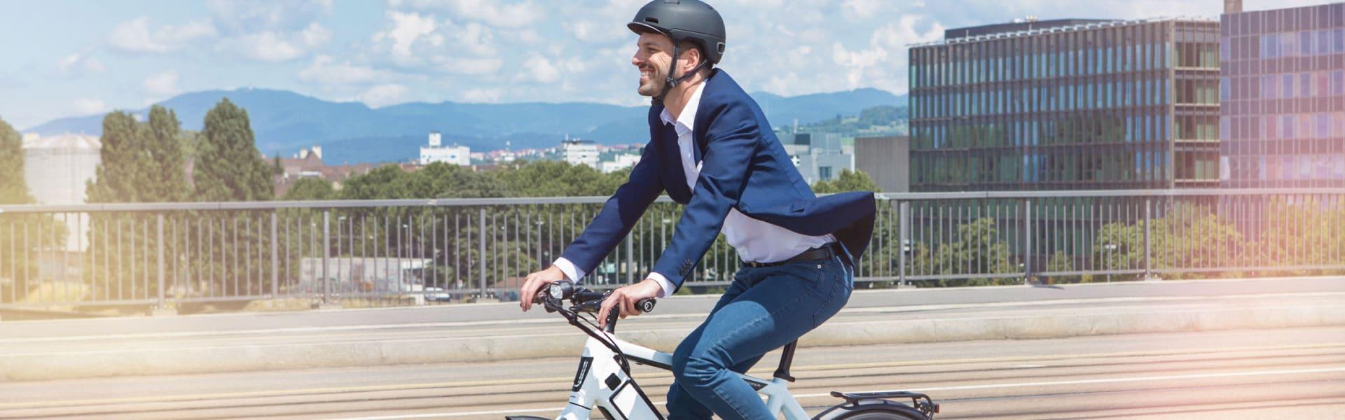 Mann fährt durch eine städtische Kulisse mit einem e-Bike
