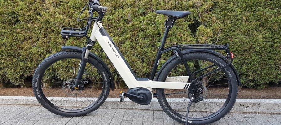 weisses R&M e-Bike mit Cargo Anbau