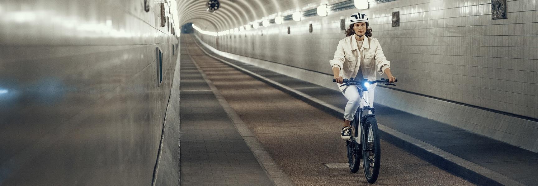 Frau auf e-Bike