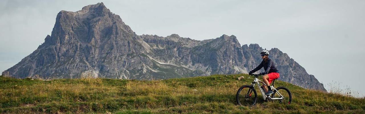 Bulls e-Mountainbiker fährt durch die Berge