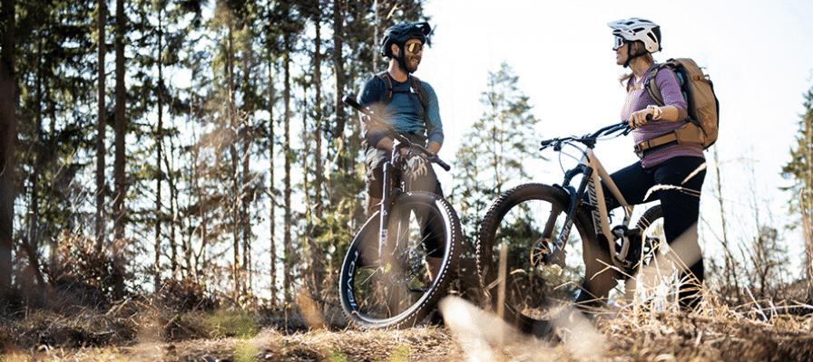 Ein Mountainbike Pärchen mit Specialized e-MTBs