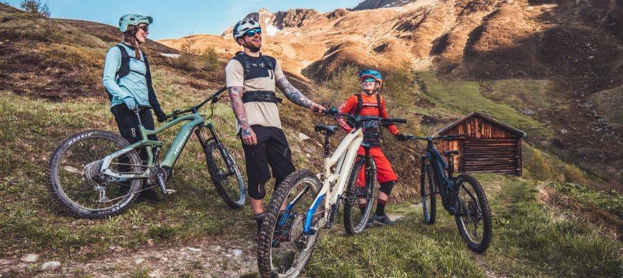 Gruppe auf Bergen mit Fahrrädern