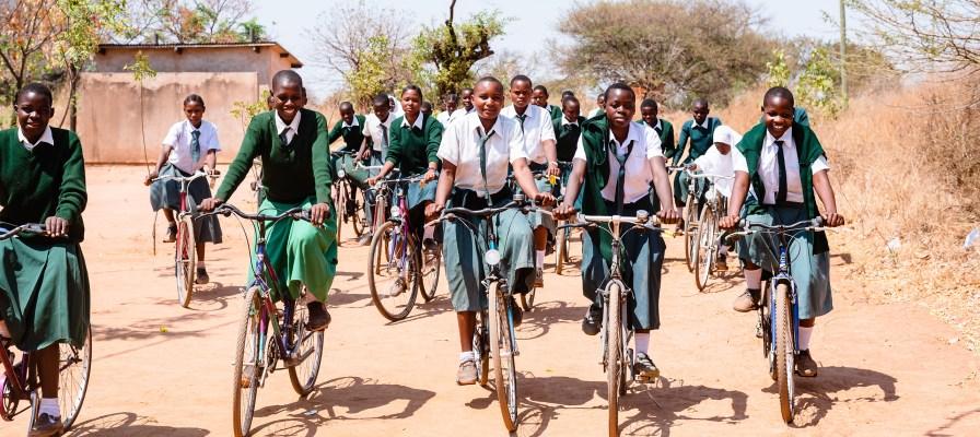 Schulmädchen in Tansania auf Fahrrädern