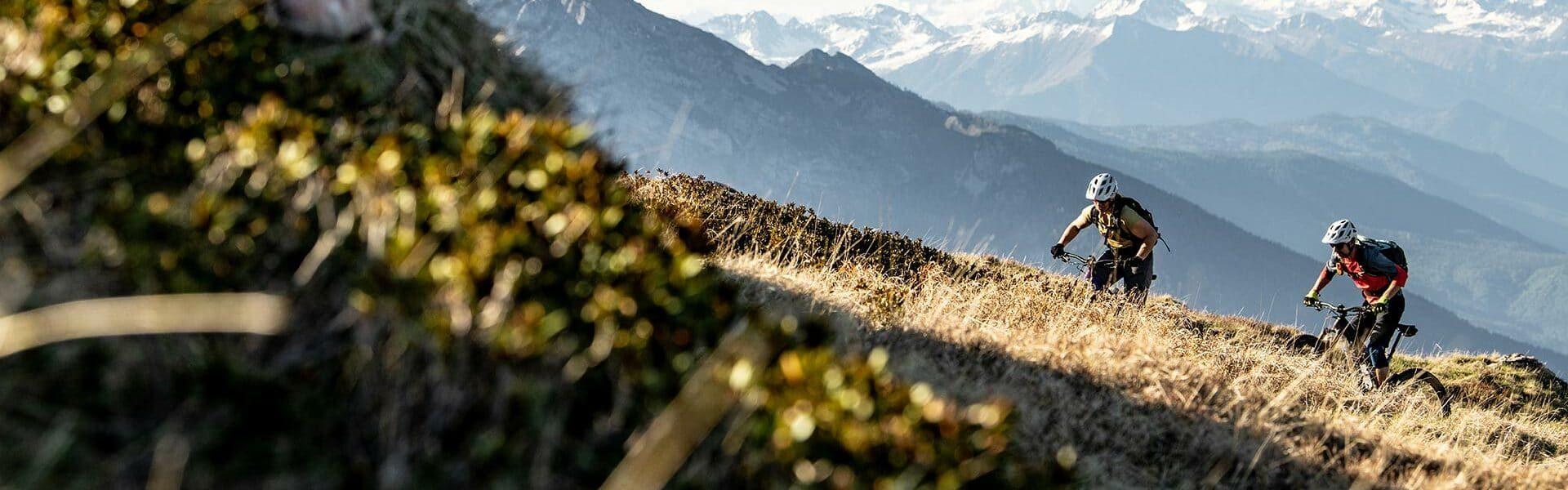 e-MTB Fahrer am Berg